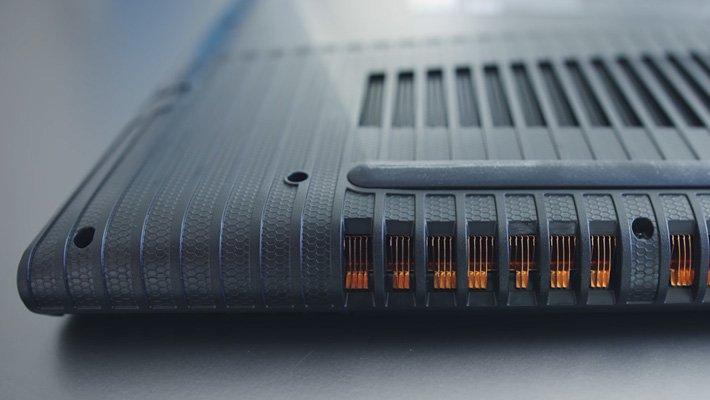 Spodní strana Lenovo Legion Y520 s výdechem chlazení